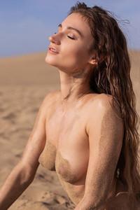 Model Ilvy Kokomo in Drifting Sands