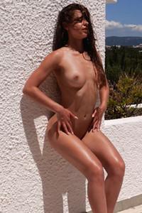 Model Julia Zu in Ray of Sunshine